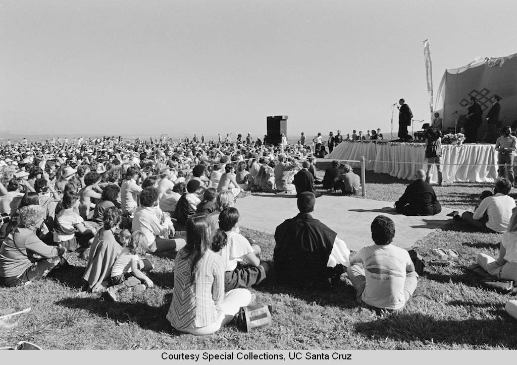 Dalai_Lama_visits_UC_Santa_Cruz_October_1979_audience_and_the_Dalai_Lama_on_the_East_Field